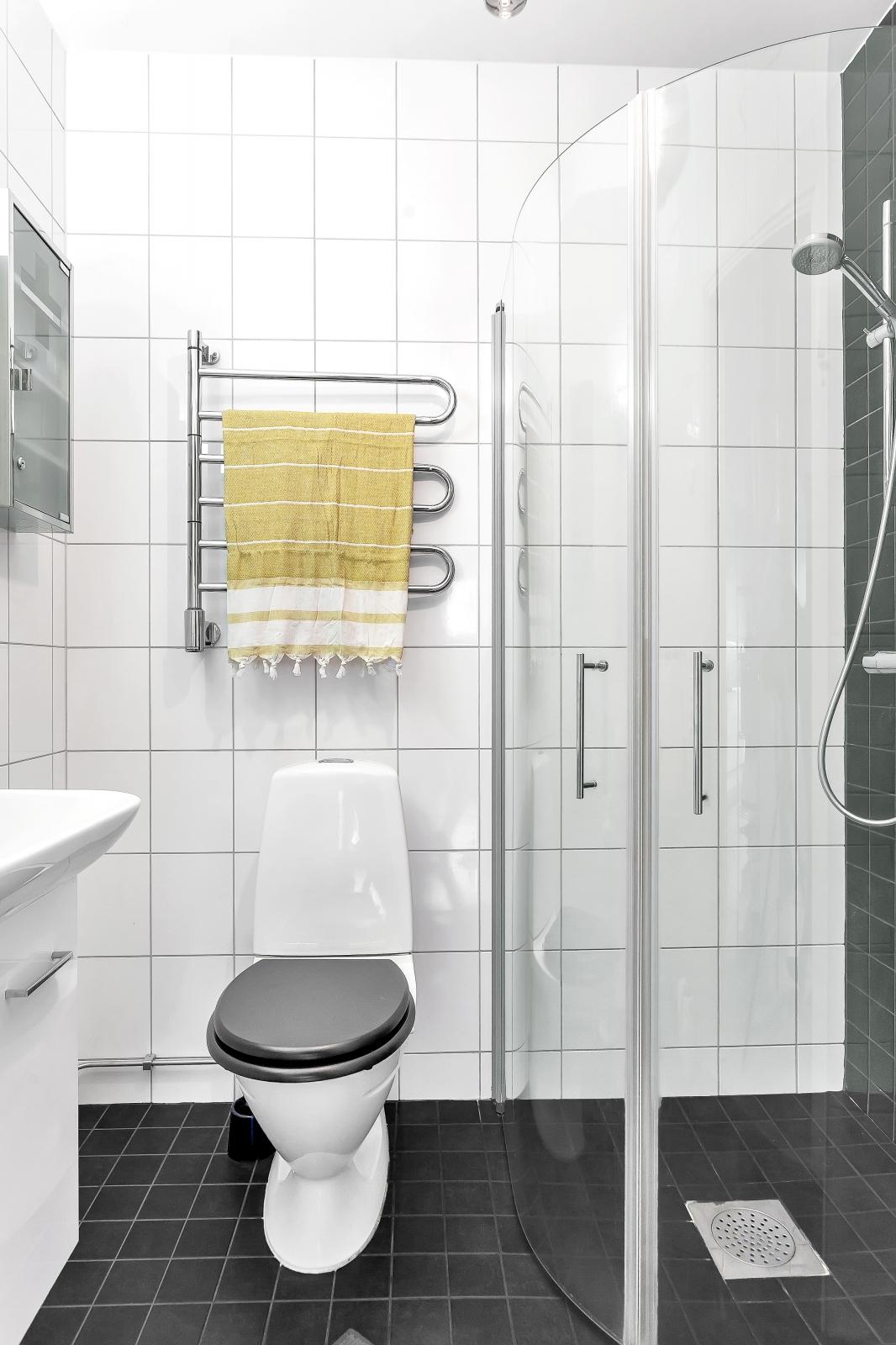 Badrum med dusch och handdukstork